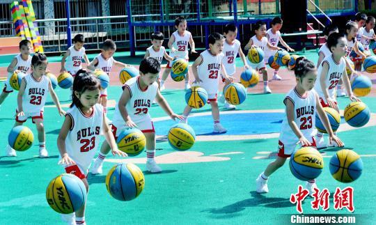 资料图:幼儿园的小朋友正在表演双手花样拍球。 卓忠伟 摄