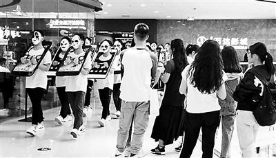 山西中学生背手机枷锁上街:呼吁放下手机享受生活