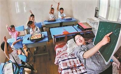 叶海涛在给孩子们上课。