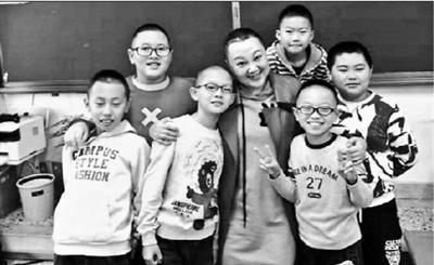 """邰慧(左四)和""""光头男孩""""们"""