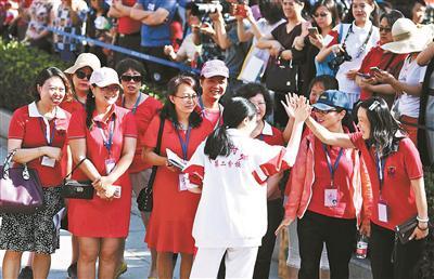 """人大附中送考团身着红色""""战袍""""为考生送考 摄影 记者 崔峻"""