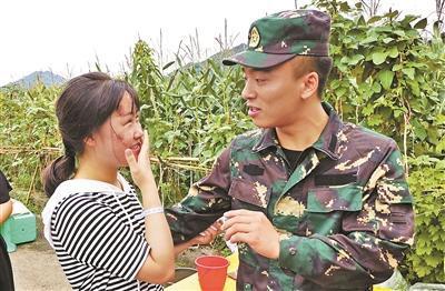 李雨秦与军人哥哥罗雪锐拍下震后合影