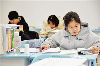 12月17日,在河北省邯郸市的河北工程大学,考研学生在自习室复习。 本文图片 光明日报