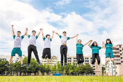 2017年广州高考结束后,仲元中学的同学们回到学校拍毕业照。广报全媒体记者陈忧子摄