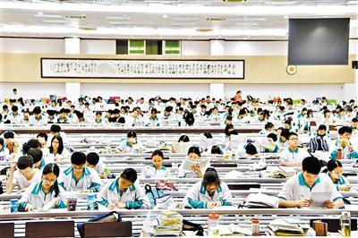 昨日下午,广州市第六中学大教室内坐满了考生,这是高考前最后一个下午的复习。 广州日报全媒体记者 王燕 摄