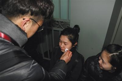 中戏考场外,志愿者为广播电视节目主持专业考生卸妆。