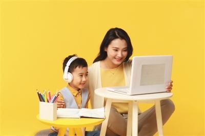 对农村地区和部分边远地区的学生?#22270;页?#26469;说,线上教育满足了他们对优质教育资源的需求。 资料图片
