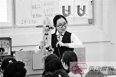 """程老师自制""""滑版""""给学生展示电磁感应现象在生活中的运用。"""