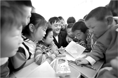图为支教高中生在孙集镇寨子小学给学生上美术课。