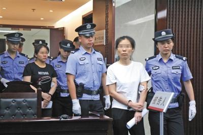 """7月16日上午,北京市三中院,""""组织他人偷越国境案""""被告人入庭。记者 王贵彬 实习生陈婉婷 摄"""