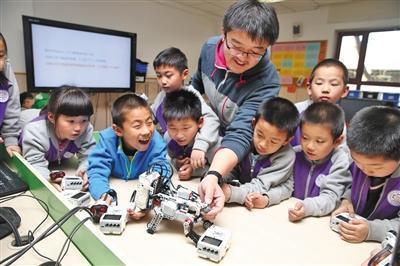 2015年,清华附小教师在指导学生上机器人课。 新京报记者 王远征 摄