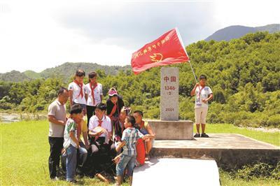 黄永腾给广西防城港市那良镇滩散小学护界碑队员讲解边界知识。黄景顺 摄