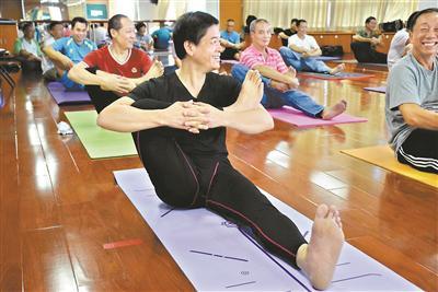 广州老年大学的中老年人在练习瑜伽。