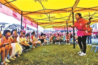 """在安置点内的""""帐篷儿童之家""""里,孩子们在志愿者的带领下,开展体验式游戏和防灾减灾知识学习供图/新华社"""