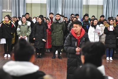 中戏候考区,等待考试的考生。