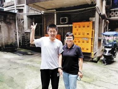 姜明宇和民警袁礼碧(右)。