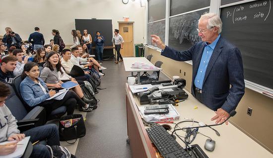 作为耶鲁的学生和教师,你要学会如何应对分心 图源:耶鲁大学
