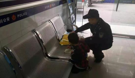民警为小男孩辅导作业
