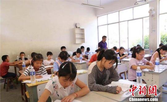 县城教师回村办起爱心辅导班 给27名留守儿童辅导功课