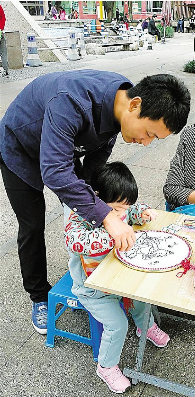刘则进带小朋友们画画