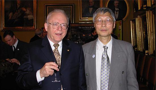 2005年马龙生教授(右)相关研究成果被载入诺贝尔物理学奖公告资料后,受邀出席颁奖典礼与约翰·霍尔合影。