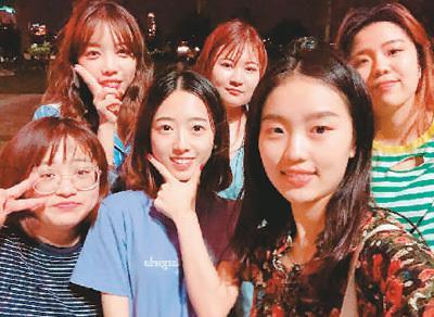 王涵(前排中间)在韩国与朋友合影