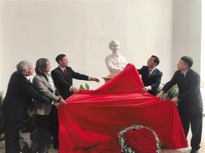 昨日,纪念大会上,李佩雕像揭幕。吴静 摄