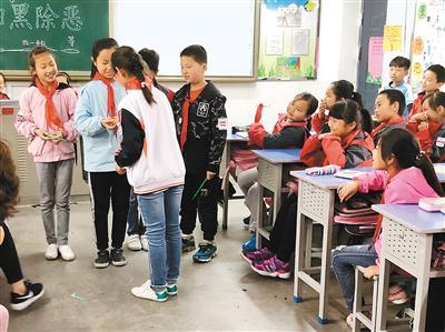 通过系列宣传活动,学生们增强了防欺凌意识。(记者 拓玲 文/图)