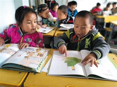 甘肃酒泉金塔县北苑小学,学生们看书的场景。担当者行动供图