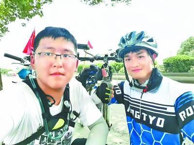 杨泓煜骑行到嘉兴时,碰到一个从北京往广西骑行的大三学长