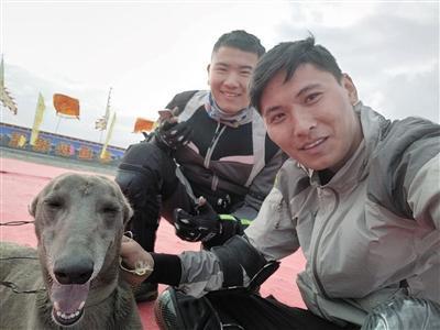 """周浩(中)与爱犬""""小二""""和驴友合影"""