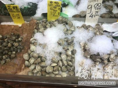 资料图:纽约华埠海鲜市场出售?#30007;?#40092;贝壳类海鲜。(图片来源:美国《侨报》记者 尹英姿 摄)