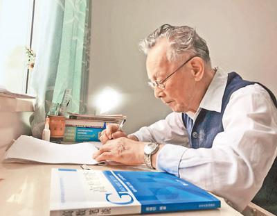 """东北大学93岁退休教授写""""网红""""高数参考书"""