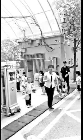 视频中女生手捧鲜花站在校门口