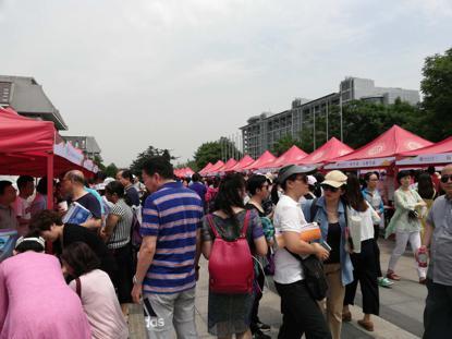 北京大学招生交流会现场,不少家长在咨询。澎湃新闻记者 廖瑾 图