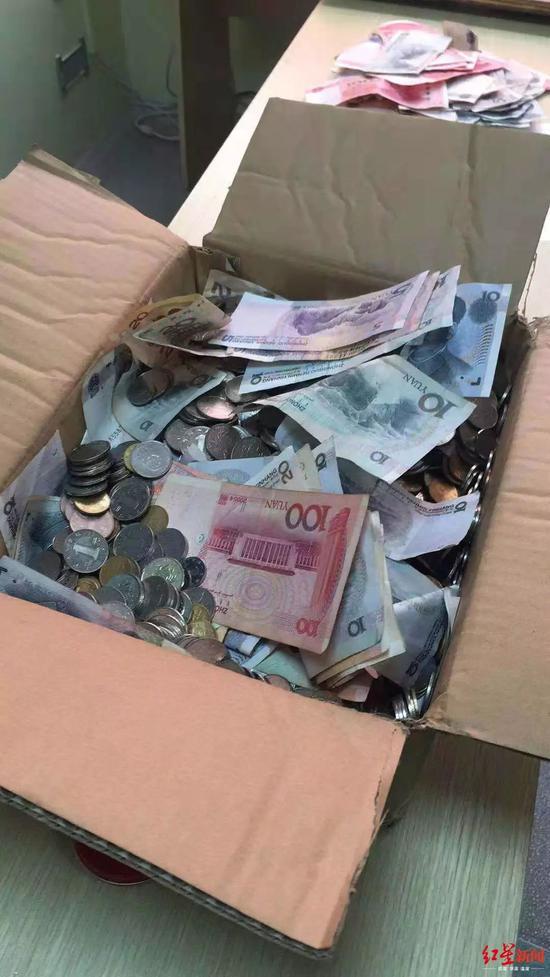 四川女教师辞职获赔15000枚硬币 会计:想给她个经验教训