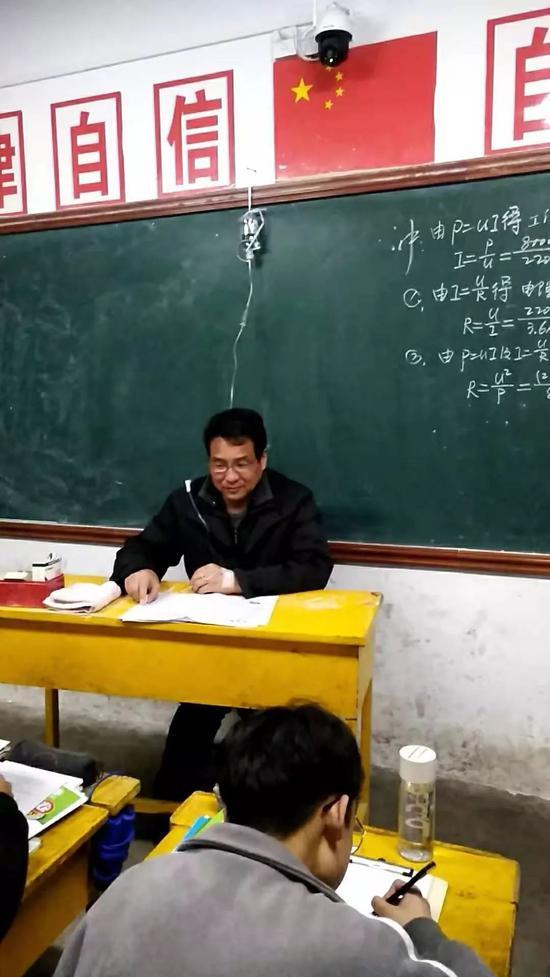 边讲课边打点滴的王震校长。