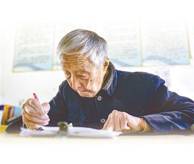 资料照片:叶连平在批改作业