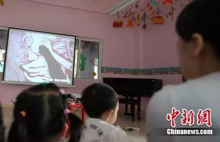 图为重庆莱茵幼儿园进行的一场特殊亲子课 孟幻 摄