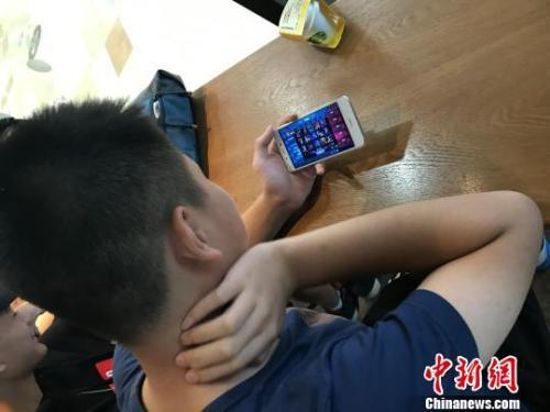 资料图:学生在玩热门手机游戏。 苏飞宇 摄