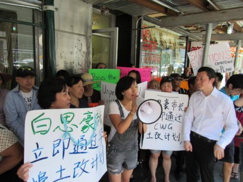 租户代表金女士(说话者)感谢社区的帮助。(图片来源:美国《世界日报》记者 颜嘉莹 摄)