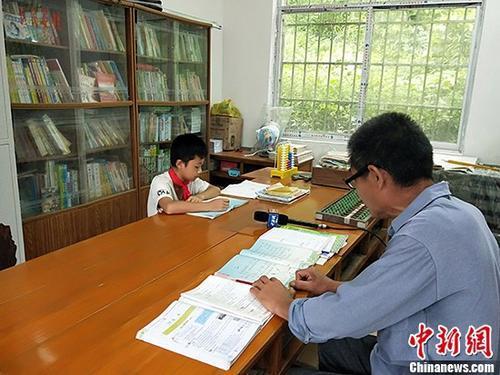教育部:落实惠师举措 确保教师工资不低于公务员