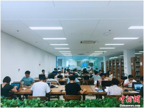 资料图:清华大学图书馆内,学生正在自习。 杨雨奇 摄