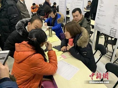 资料图:北京某人才市场上,求职者和招聘者正在交谈。中新网吴涛 摄