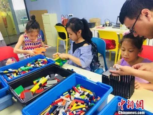 资料图:广西柳州一家培训机构,学生在搭建积木 周潇男 摄