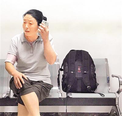 张佳丽的母亲在重症监护室外守候