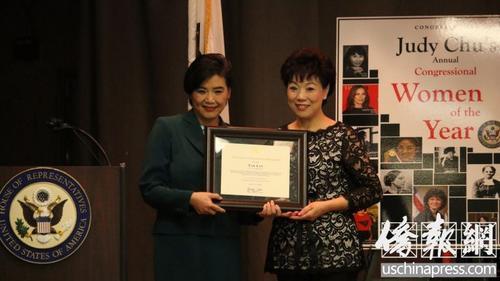 赵美心为华裔获奖者颁奖。(美国侨报网/记者聂达 摄)