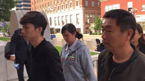 章父章荣高(右)、母叶丽凤(中)、弟弟章新阳(左)。(图片来源:美国《世界日报》特派员黄惠玲╱摄影)