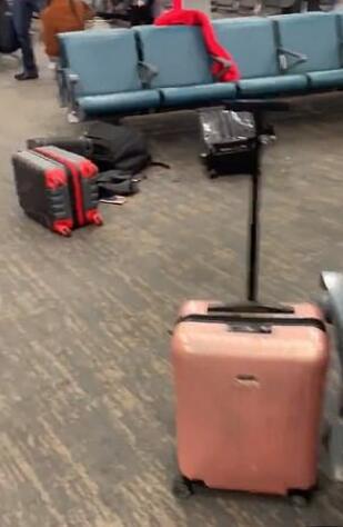 机场员工的举动导致现场一片混乱(图源:推特)