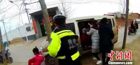 执勤民警将车上孩子全部安全移交给所在幼儿园老师。